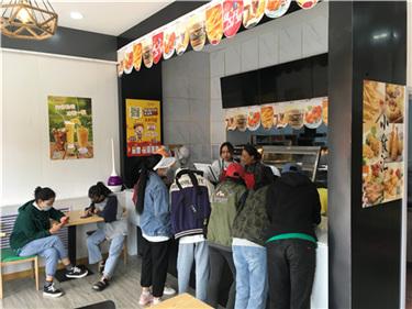河南商丘杨先生夫妇创业一条心,看中快乐星汉堡口味和专一!